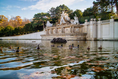 Monument with ancient statues and pond with floating ducks in Vienna. Banque d'images