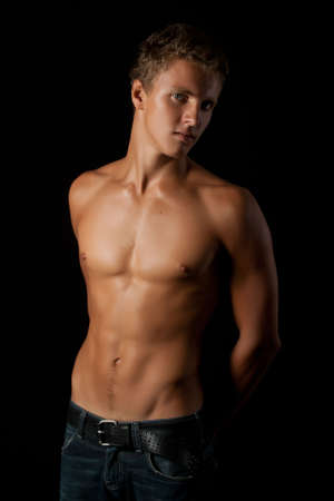 shirtless: Retrato de hombre joven fuerte.