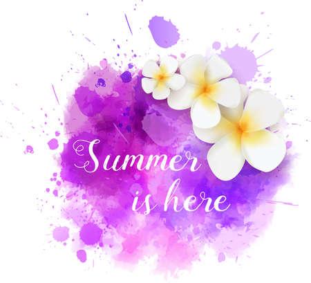 """Éclaboussure aquarelle pourpre avec fleurs tropicales de frangipanier et message de calligraphie """"L'été est là"""""""