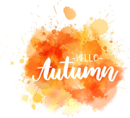 Hola otoño - letras de caligrafía moderna manuscrita en salpicaduras de acuarela abstracta. Ilustración de temporada. De color naranja.