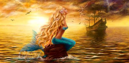 cola mujer: Bella princesa sirena del mar con el barco fantasma en el fondo de la puesta del sol Foto de archivo
