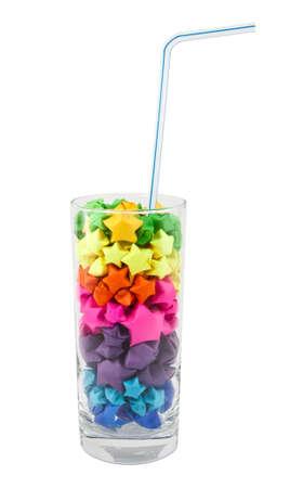 rainbow cocktail: Stelle multicolore in un bicchiere su uno sfondo bianco Archivio Fotografico
