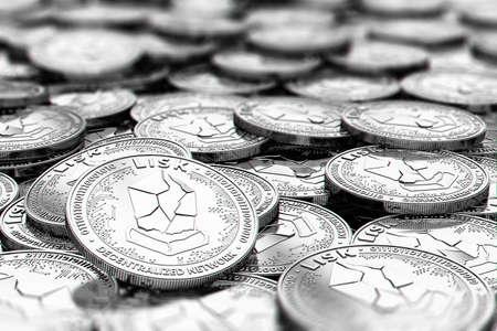 흐리게 영역 위의 복사본 공간이 흐린 근접 촬영에서 은색 LISK 동전의 스택. 3D 렌더링 스톡 콘텐츠