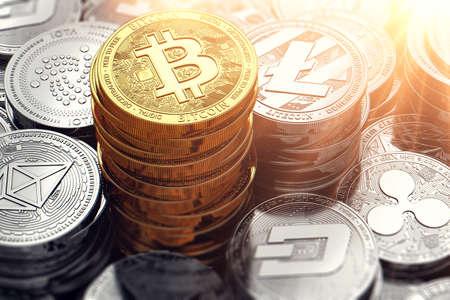 Énorme pile et des piles de différentes crypto-monnaies avec la plus haute pile de Bitcoin d'or. Rendu 3D