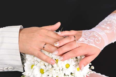 fidelidad: La novia y el novio manos con el ramo
