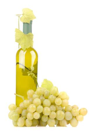 isolado garrafa de vinho com uvas verdes