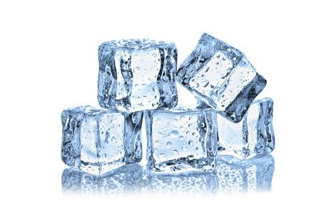 cubo: cubitos de hielo con gotas de agua sobre fondo blanco Foto de archivo
