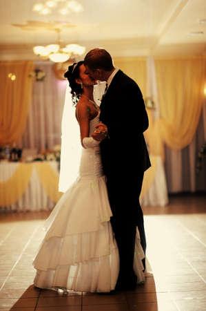 Noiva e noivo que tem uma primeira dan