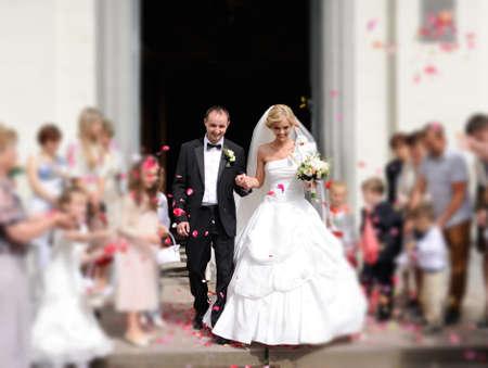 결혼식 후 교회를 떠나 신부와 신랑