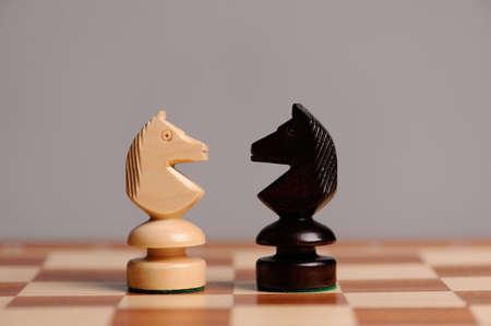 ajedrez: piezas de ajedrez de madera con mesa de ajedrez