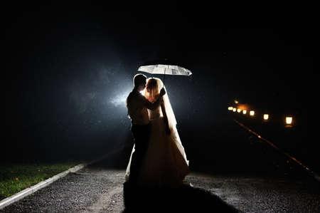 vestido de noche: Feliz novio y la novia el día de su boda
