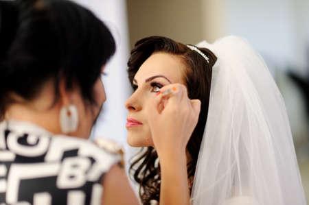 スタイリストの結婚式の日に化粧花嫁になります