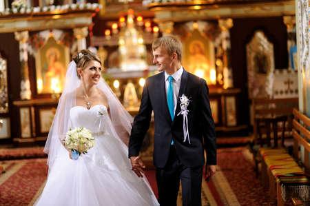 familia en la iglesia: La novia y el novio salir de la iglesia después de una ceremonia de la boda