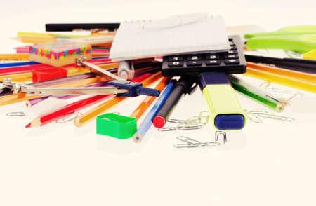 ball pens stationery: conjunto de herramientas de oficina aislada sobre fondo blanco