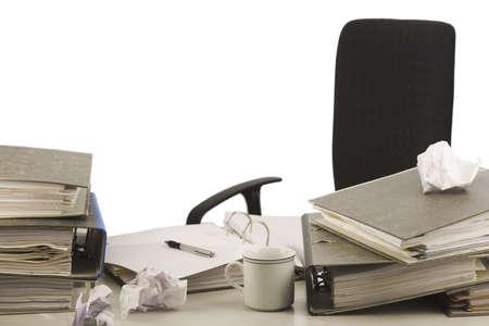 messy desk: Desorganizada de escritorio en una oficina con carpetas y papeles. Fondo blanco.