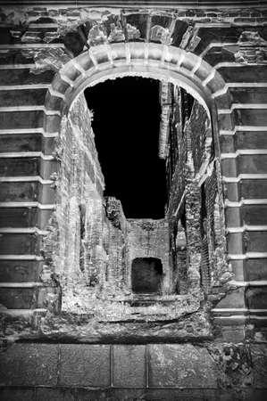 Vieux trou de tunnel sinistre et étrange de luxe avec un grand arc gris foncé dans la maison du cloître abandonné du domaine en briques désaffecté. Vue de face avec un espace pour le texte sur fond de ciel noir Banque d'images - 92209980