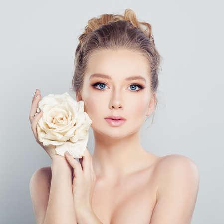 Mujer joven con Rose blanca. Foto de archivo - 65437870