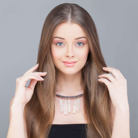 Healthy Woman. Long Shiny Hair and Natural Makeup Standard-Bild