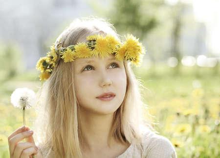 Chica joven en el fondo al aire libre