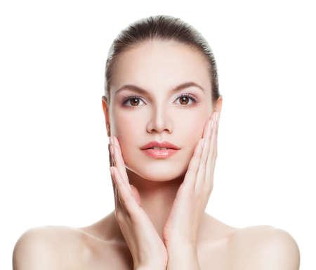 Spa mujer con la piel limpia Tocar la mano su cara. Spa de belleza, tratamiento facial y Cosmetología