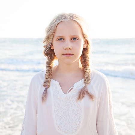 바다에서 해변에서 어린 소녀의 초상화. 얼굴 확대 사진