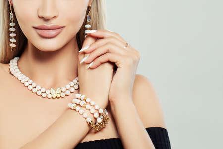 Modischer Schmuck am weiblichen Körper. Halskette, Armband und Ohrringe