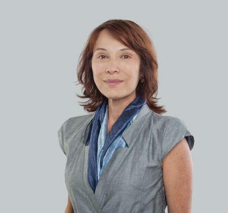 Mujer de negocios madura, en, fondo blanco, retrato