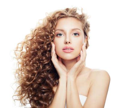 Belle femme spa avec une peau saine et des cheveux ondulés parfaits isolés sur fond blanc, beauté spa, cosmétologie, soin du visage et concept de bien-être