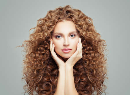 Woman with curly hair. Beautiful girl with healthy wavy hairstyle, haircare concept Banque d'images