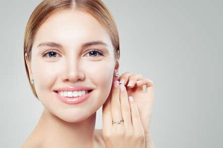 Schönes Mädchen mit Schmuck. Set Diamantschmuck für Frau, Ohrringe und Ring. Schönheit und Accessoires Standard-Bild