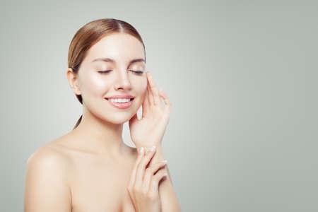 Mooi meisje met een gezonde heldere huid. Gezichtsbehandeling, huidverzorging en cosmetologie concept.
