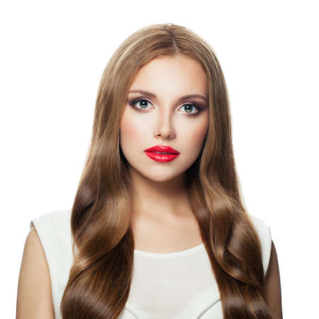 Hübsche vorbildliche Frau mit langem Haar und rotem Lippenmake-up lokalisiert auf weißem Hintergrund