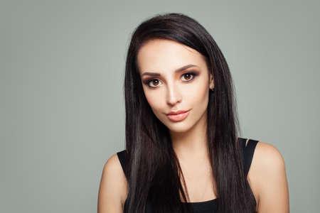 Portret brunetki z prostymi włosami