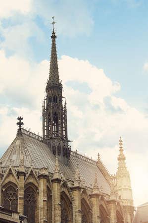 Herrlicher sonniger Tag über der Kathedrale Notre Dame mit geschwollenen Wolken, Paris, Frankreich Standard-Bild