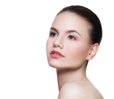 Retrato de mujer joven perfecta modelo de spa con piel clara aislado en blanco Foto de archivo