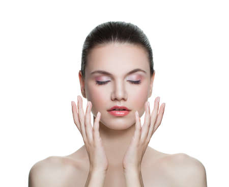 Portrait de jolie jeune femme à la peau claire isolée. Concept de soins de la peau et du visage Banque d'images