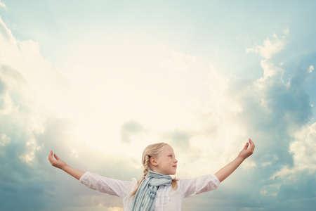 Fille et ciel de concept de voyage et de liberté