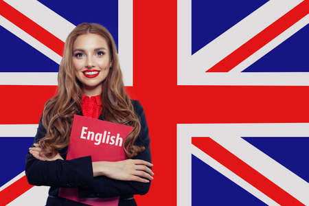 Mujer feliz contra la bandera del Reino Unido