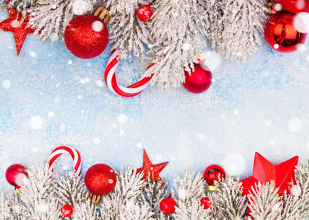 Bunter Weihnachtskartenhintergrund mit Kopienraum mit Schnee
