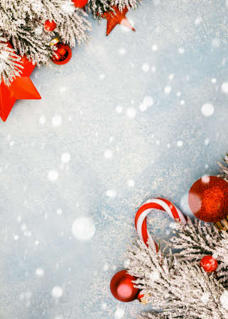 Christmas background with snow and red Xmas decor Standard-Bild