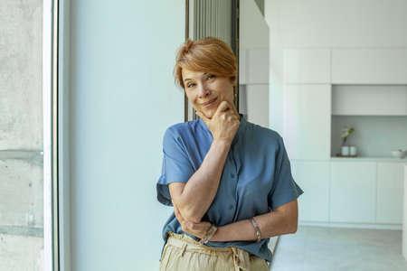 Portrait of happy positive mature woman. Senior woman indoor Stockfoto