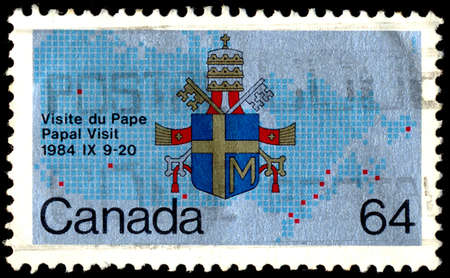 postes: CANADA - CIRCA 1984: A stamp printed in Canada from the Papal Visit issue shows the Coat of Arms of Pope John Paul II, circa 1984.
