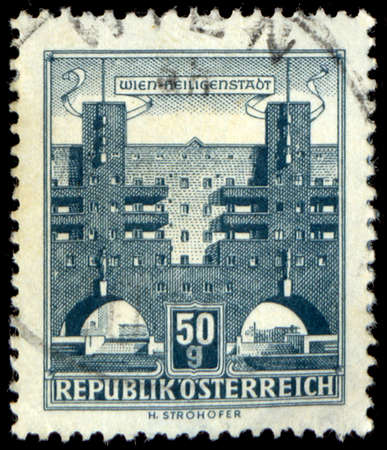 stempeln: AUSTRIA - CIRCA 1957: A stamp printed in Austria from the Buildings  issue shows Heiligenstadt flats, circa 1957. Editorial