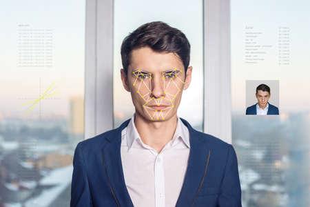 El reconocimiento de una cara masculina por capas de una malla y el cálculo de los datos personales por el software. verificación biométrica y la identificación Foto de archivo - 75205498