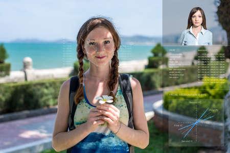 El reconocimiento de una cara femenina por capas de una malla y el cálculo de los datos personales por el software. verificación biométrica y la identificación Foto de archivo