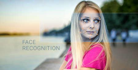 Reconnaissance d'un visage féminin en formant un maillage et le calcul des données personnelles par le logiciel. Vérification biométrique et identification Banque d'images