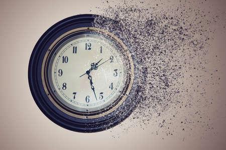 Horloge vernietigd door de tijd in het zand. het concepttijd loopt uit