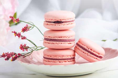 핑크 딸기 macarons입니다. 아침 햇살에 아침 식사를위한 프랑스 섬세한 디저트