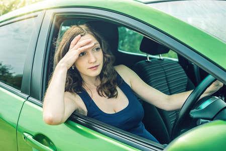 車の中で怒りと不満の女性ドライバー。喧嘩や途中で不満。