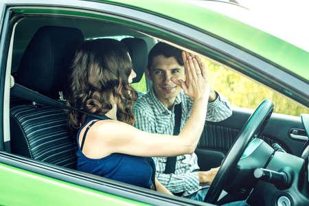 cinturon seguridad: El instructor da una conducción de cinco estudiantes. La mujer aprobó el examen en la escuela de manejo. Foto de archivo